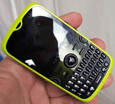 OT-800 - первый телефон фирмы Alcatel с полной QWERTY-клавиатурой