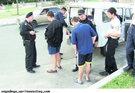 Милиция проверяет телефоны у прохожих