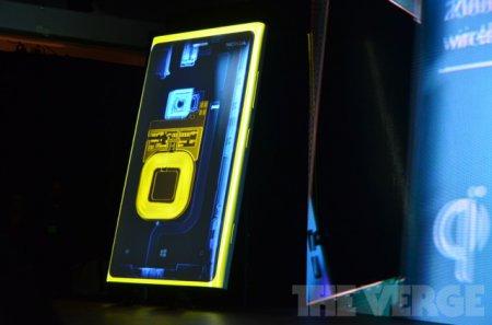 Nokia представила смартфоны Lumia 820 и Lumia 920